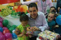 Amou Yazid rend visite au stand de Ramy à la foire internationale d'Alger