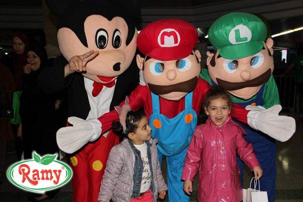Ramy accompagne les enfants dans leur journée mondiale.